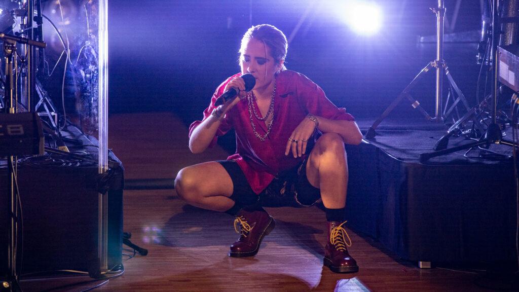 Julia Alfrida při vystoupení s písní Dark Doom